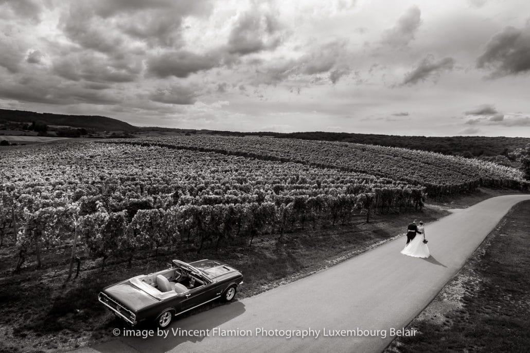 ford mustang dans les vignes à Luxembourg pour un mariage.