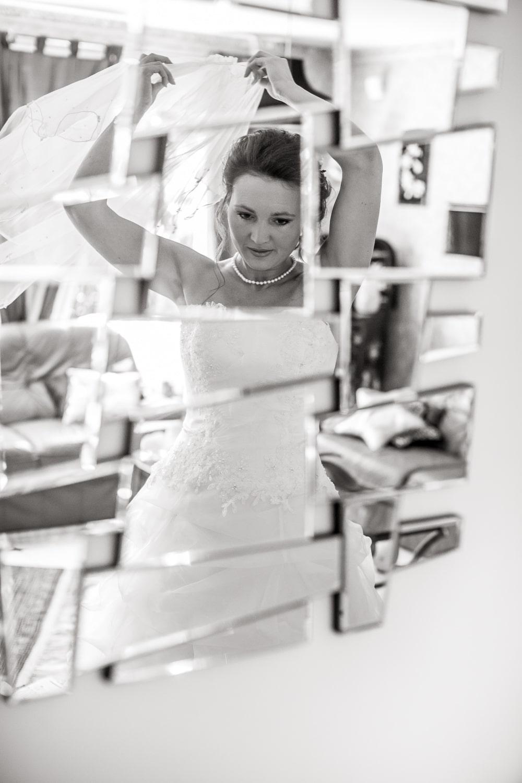 Concentrée la mariée se prépare.