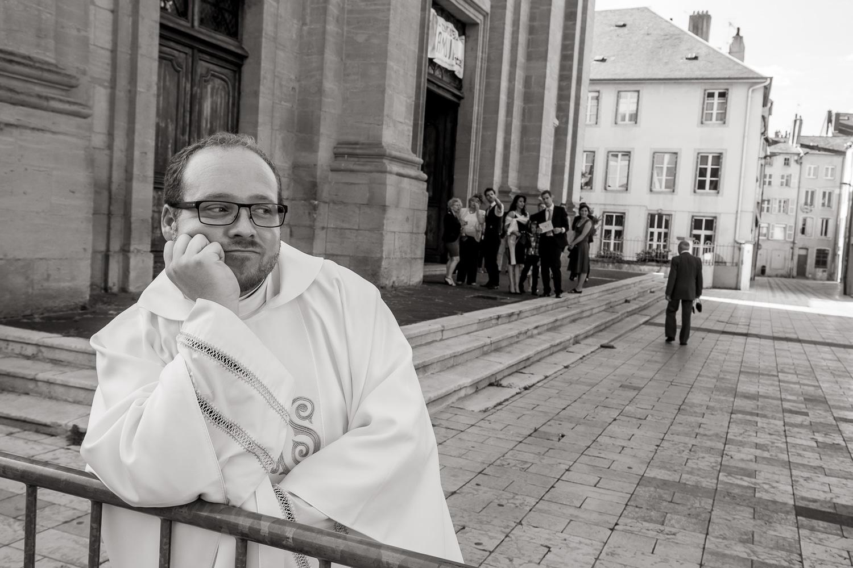 Monsieur le curé attend les mariés.